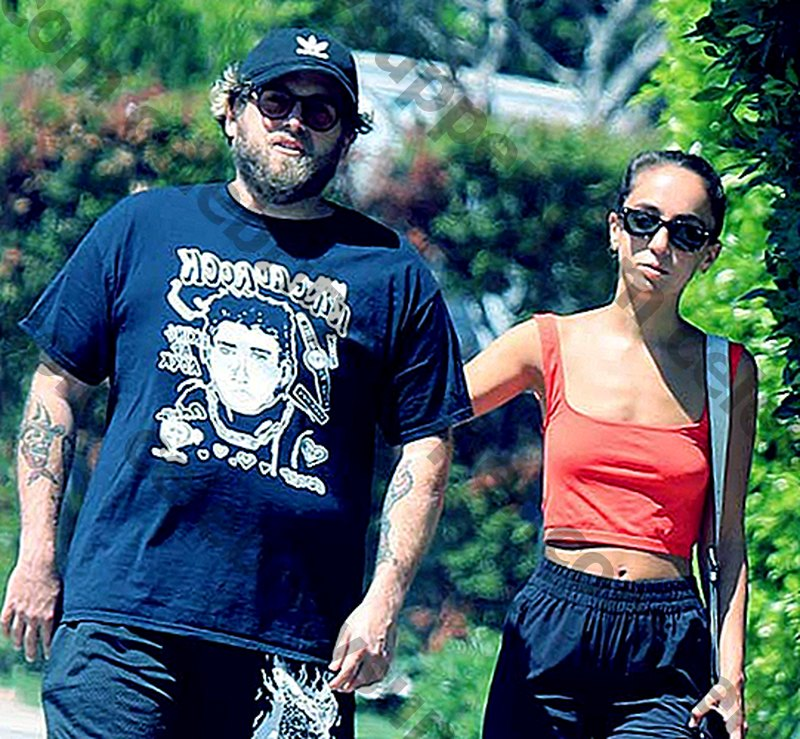 Jonah Hill is verloofd met Gianna Santos.  Wie is Gianna Santos?